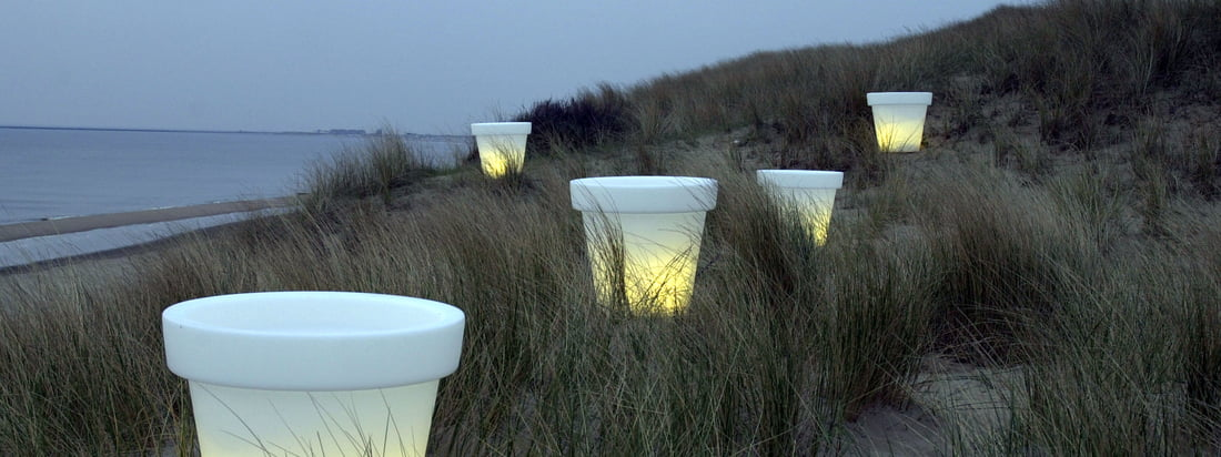 The Dutch manufacturer Bloom! produces the Pot flower pot which evokes a cosy atmosphere at dusk. The white flower pot is available with and without lighting.