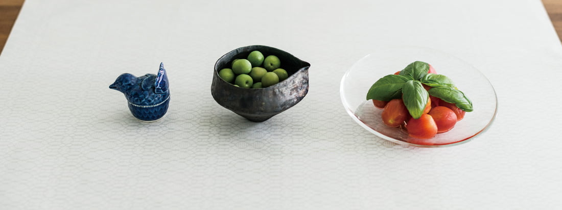 The manufacturer 3120 Mino is known for its Japanese Paper. The handmade paper with the discreet motives can be used as tablecloth to present fruits and other objects.