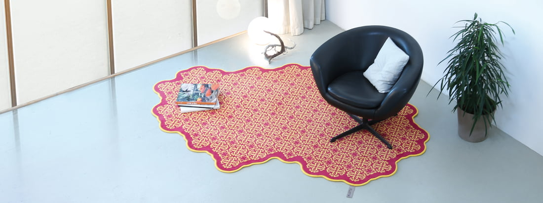 The manufacturer Flat'n produces carpets with extraordinary shapes. The carpets, e. g. the Tiles Carpet, stand out due to geometric, colourful patterns.