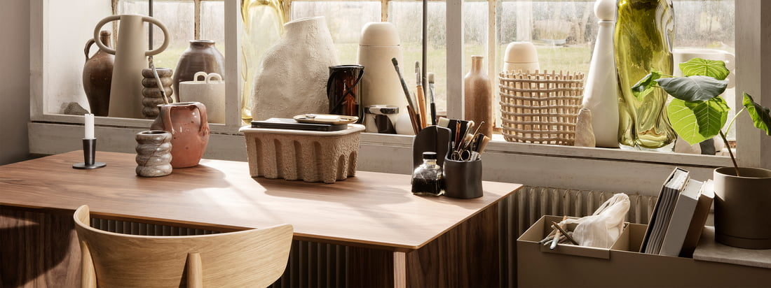 ferm Living wants to bring new momentum into everyday work with their Office Collection. From shelves made of smoked oak in subtle colours to pen holders made of polished brass and trays made of perforated powder-coated metal.