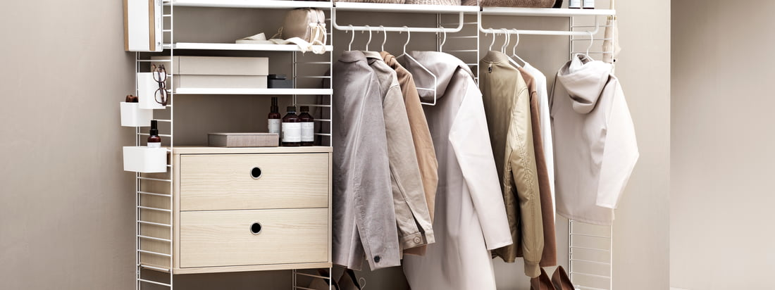 The String shelving system offers plenty of storage space for clothes and other items. In a trendy beige tone, the shelving system looks particularly inviting.