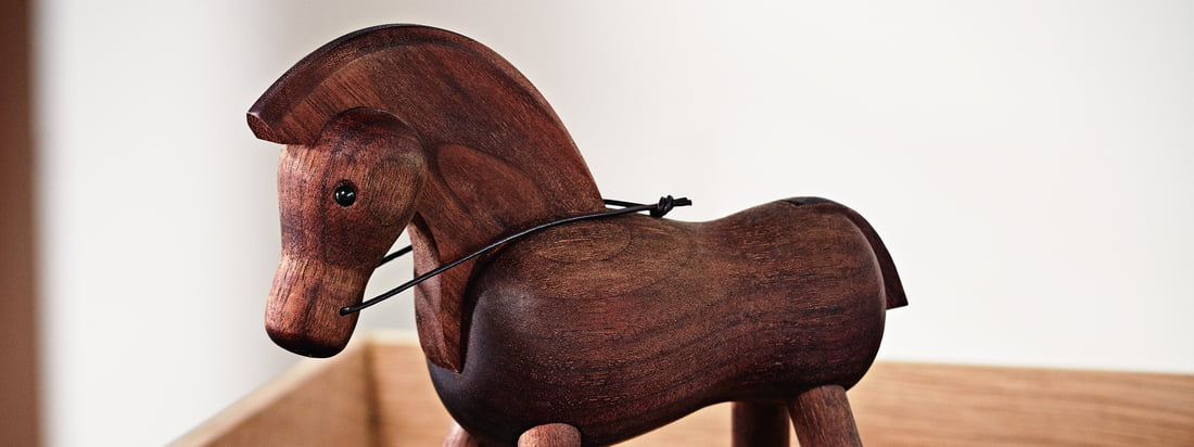 The Horse by Kay Bojesen at the workplace: although horses are considered herd animals, the walnut wooden animal is also good as an individual piece at work.