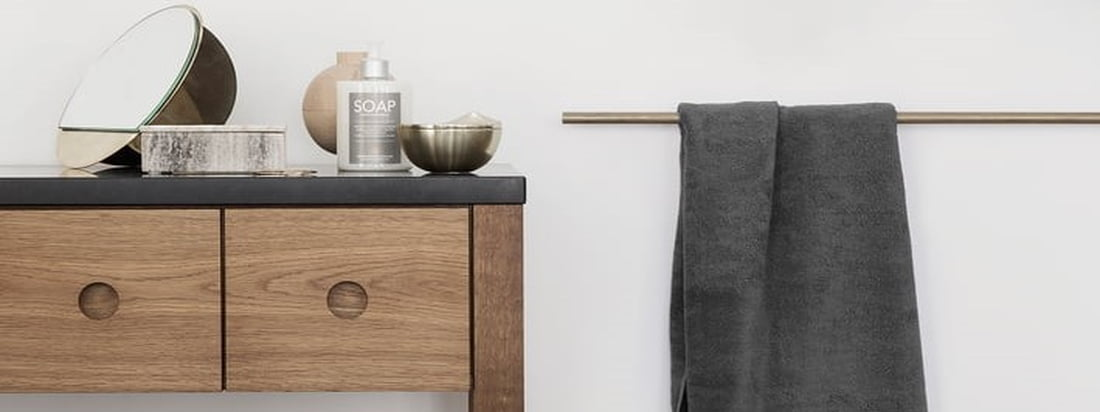 The simple bath towel from the Terry towel series by Georg Jensen Damask, which is available in various classic and seasonal colours, is great for the bathroom.