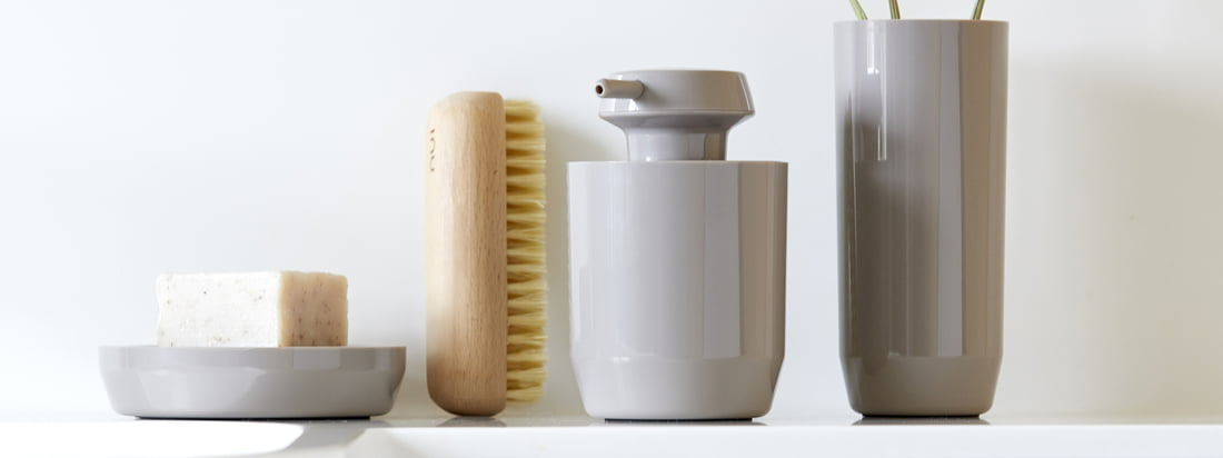 The Suii soap dish, soap dispenser and toothbrush tumbler by Zone Denmark in taupe get a particularly warm touch through the earthy hue.