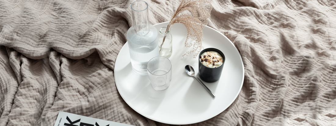 The white Corian Tray from yunic is ideal as a tray for cups and glasses, like the Ripple carafe from ferm Living. (Copyright: Felix Sodomann - Wohnglück Hamburg)