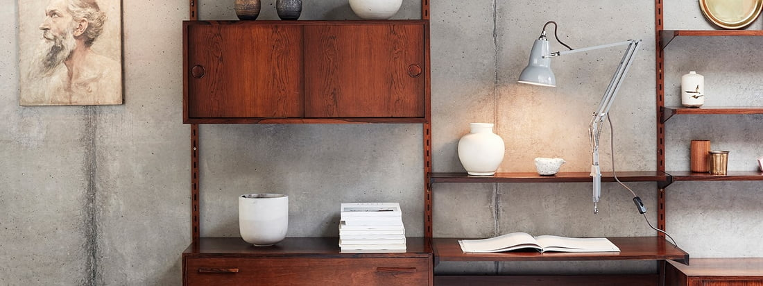 Original 1227 clamp light from Anglepoise in the ambience view. Thanks to its clamp, the lamp can be attached to any place in the shelving system.