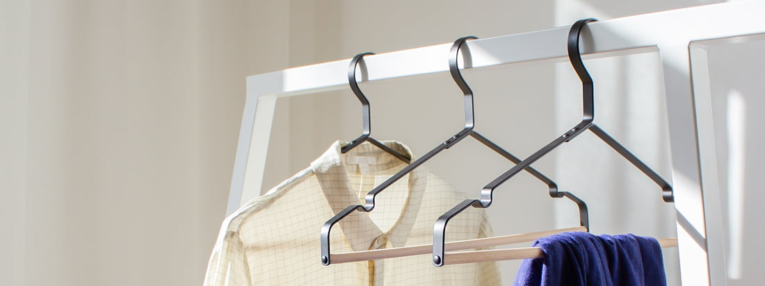 The Connox coat hangers in black with wooden bar do not only fit the modern Loop wardrobe by Hay. Trousers, blouses and jackets can be hung decoratively on the elegant hanger.