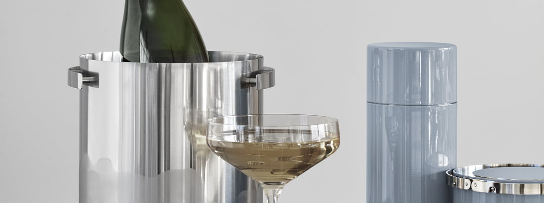 The champagne cooler, the cocktail shaker, the ice tongs and the insulated ice bucket belong to the Cylinda Line by Arne Jakobsen for Stelton and make every bar area more noble.