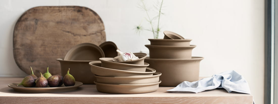 In the 1970s, the Ildpot series by FDB Møbler was welcomed into Danish households as a completely new type of cookware. Now FDB is bringing this iconic stoneware series back to the market in the form of drinking cups, plates and serving bowls.
