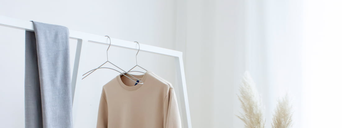 The combination of white wardrobe, black metal coat hangers and a small wooden bench has a Scandinavian simplicity. 3 must-haves for a successful dressing room.
