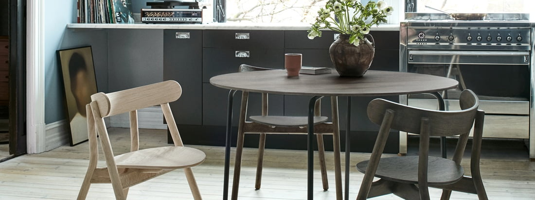 The Northern - Camp dining table in the ambience view. Together with the stylish Oaki chairs, it creates a cosy seating area for the whole family.