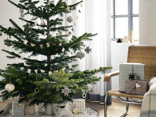 The christmas tree stand by ferm living consists of powder coated steel and is easy to put up. To decorate the Christmas tree, ferm Living offers among other things the brass ornament.