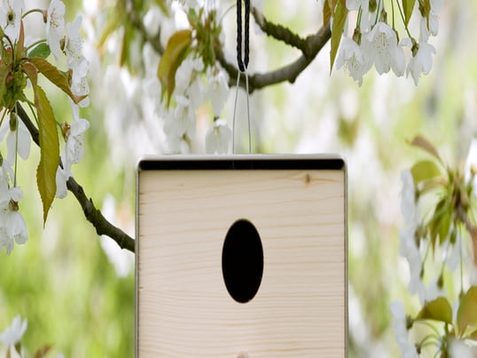 The twitter.nature birdhouse by Keilbach Design transforms every tree into a designer hotel for birds. Painted in elegant natural colours, it makes a great addition to every garden.