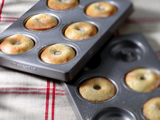 Thanks to the donut pan, KitchenAid combines easy baking with great result. The two pans are made from 8mm thick and specially coated steel. Alternatively, it is also possible to use the pans for homemade pizza dough and delicious pies.