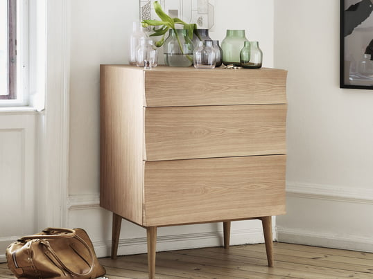A classic wooden designer dresser – Reflect by Muuto – can be easily combined with modern materials and colours. However, it also looks gorgeous in an environment with soft colours.