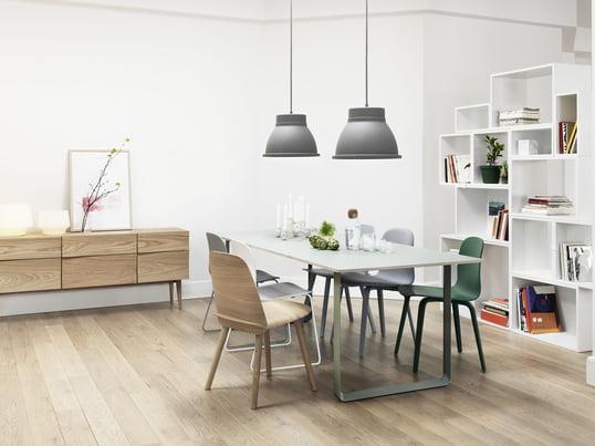 Der 70/70 Tisch von Muuto in weiß passt in wirklich jedes Interieur - mit dem Stacked Regalsystem in weiß schaffen Sie ein luftiges Ambiente. Die Unfold Pendelleuchte in grau, der Nerd Chair in oak sowie der Visu Stuhl sorgen für einen gekonnten Stilbruch.