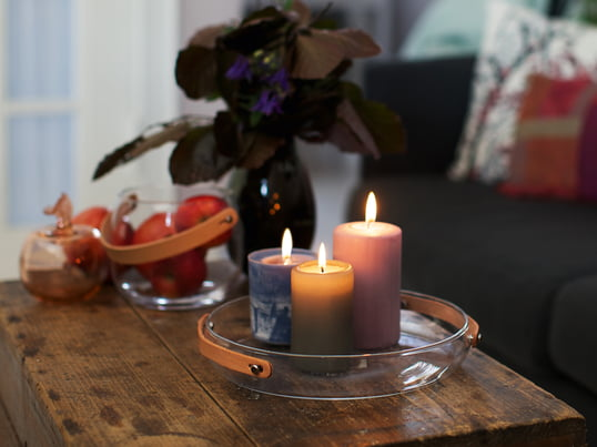 The Design with light candle plate by Holmegaard emphasises the cozy atmosphere created by the colourful candles and their warm light. The leather handle of the design decoration highlights the comforting mood.