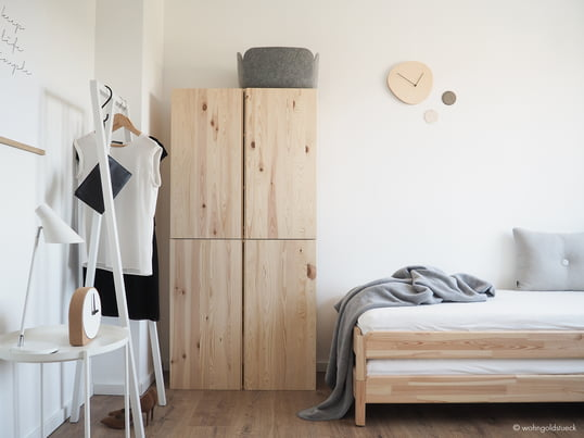 The blogger Carina by the Dorff from wohngoldstueck.de shows us how the white Loop Stand coat rack by Hay is a compelling solution to present individual items of clothing in the guest room.
