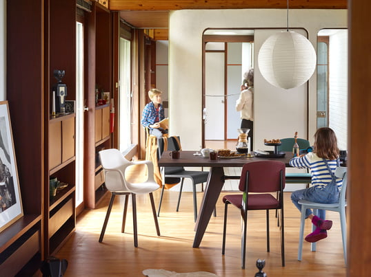 The modern dining area has been equipped with Vitra furniture. The spacious Solvay dining table offers enough space for many chairs, for example the All Plastic Chair.