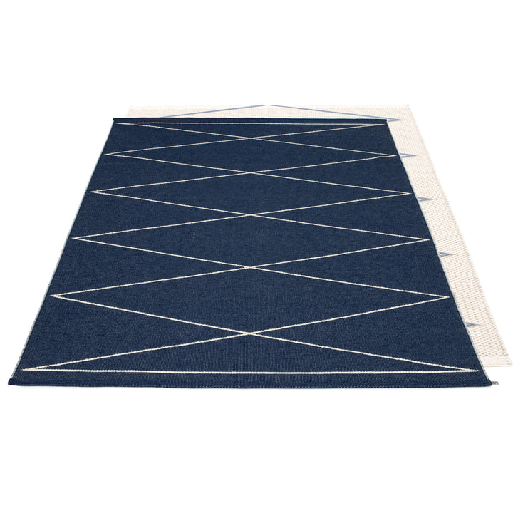 Max reversible carpet, 180 x 260 cm in dark blue / vanilla by Pappelina