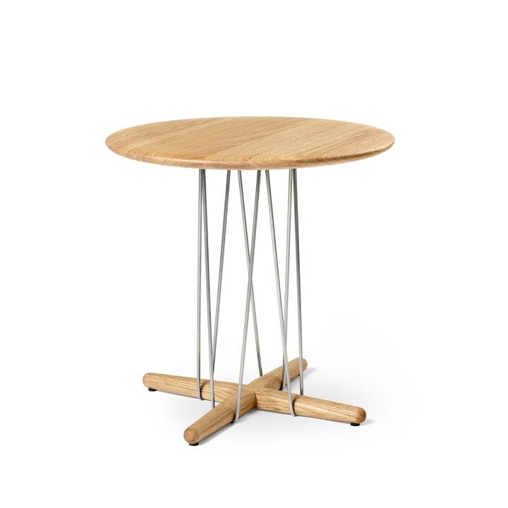 E021 Embrace side table, Ø 48 x H 48 cm in oiled oak / stainless steel by Carl Hansen