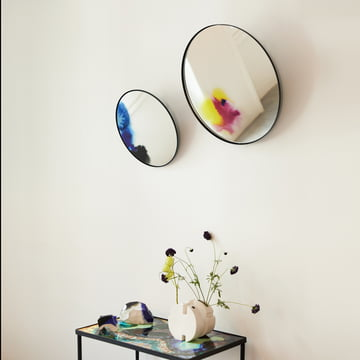 Wall mirror with color pigments