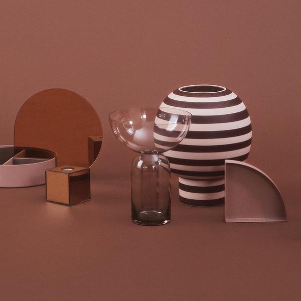Designer vase in sculptural form: Varia Sculptural Vase, Ø 18 x H 21 cm in rose / bordeaux with further objects by AYTM